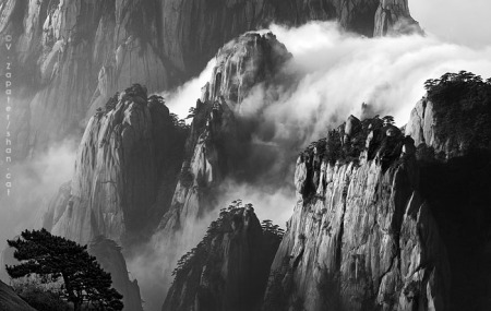 Mar de núvols a l'alba des de Guang Ming Ding (Pic del Cim Lluminós), Huangshan. Sea of clouds at dawn from Guang Ming Ding (Bright Summit Peak) to Tian Du Feng (Heavenly Capital Peak), Huangshan, China.